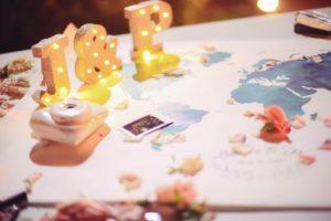 Livre d'or, Polaroïd et carte du monde signée par les invités